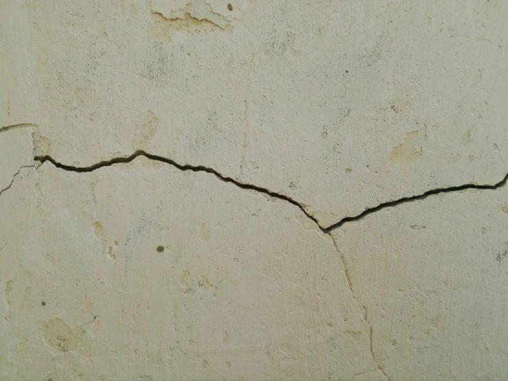 на стене трещина